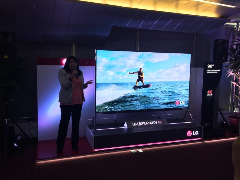Lg presenta sus nuevos modelos de televisores oled y 4k en for Mesa tv 49 pulgadas